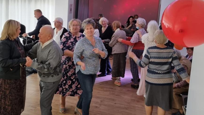 Bal seniorów, tańczące pary